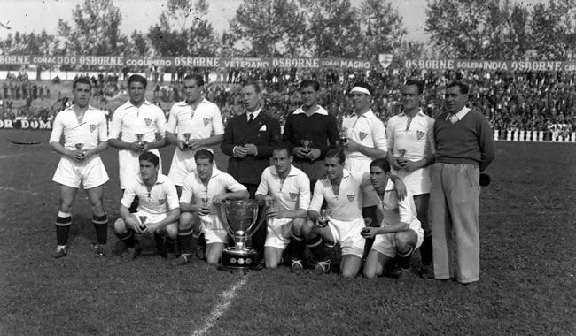 Plantel del Sevilla que ganó el título de Liga en 1946