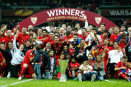 El Sevilla con la copa tras conquistar su cuarta UEFA